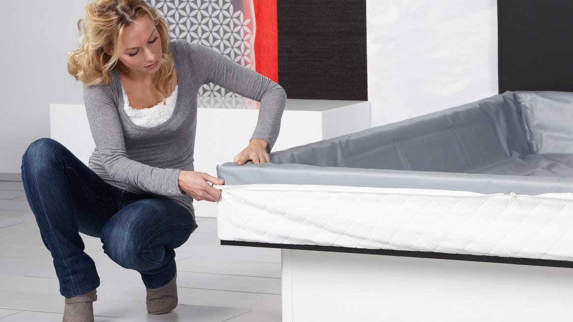 Wasserbett Basic Pro Bezugunterteil um den Schaumstoffrahmen legen