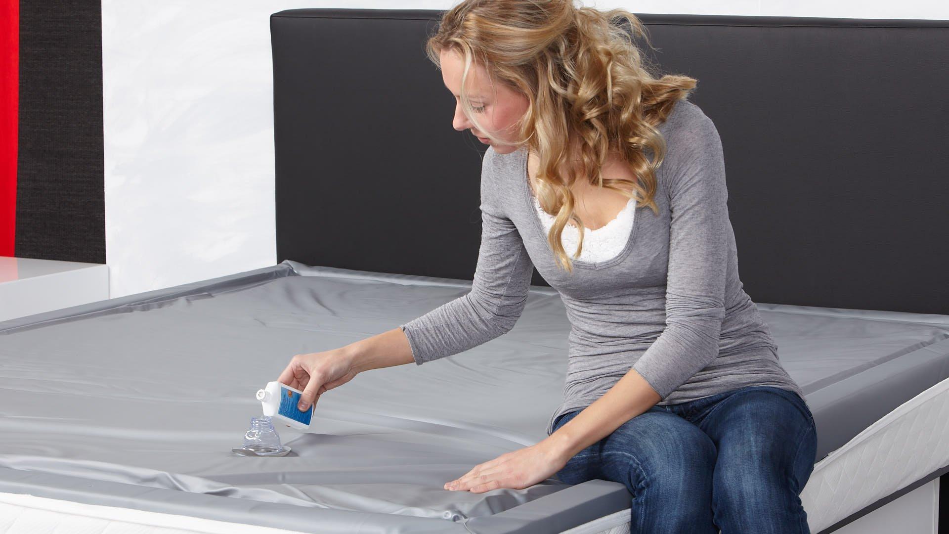 Wasserbett-Conditioner in Wasserbettmatratze geben