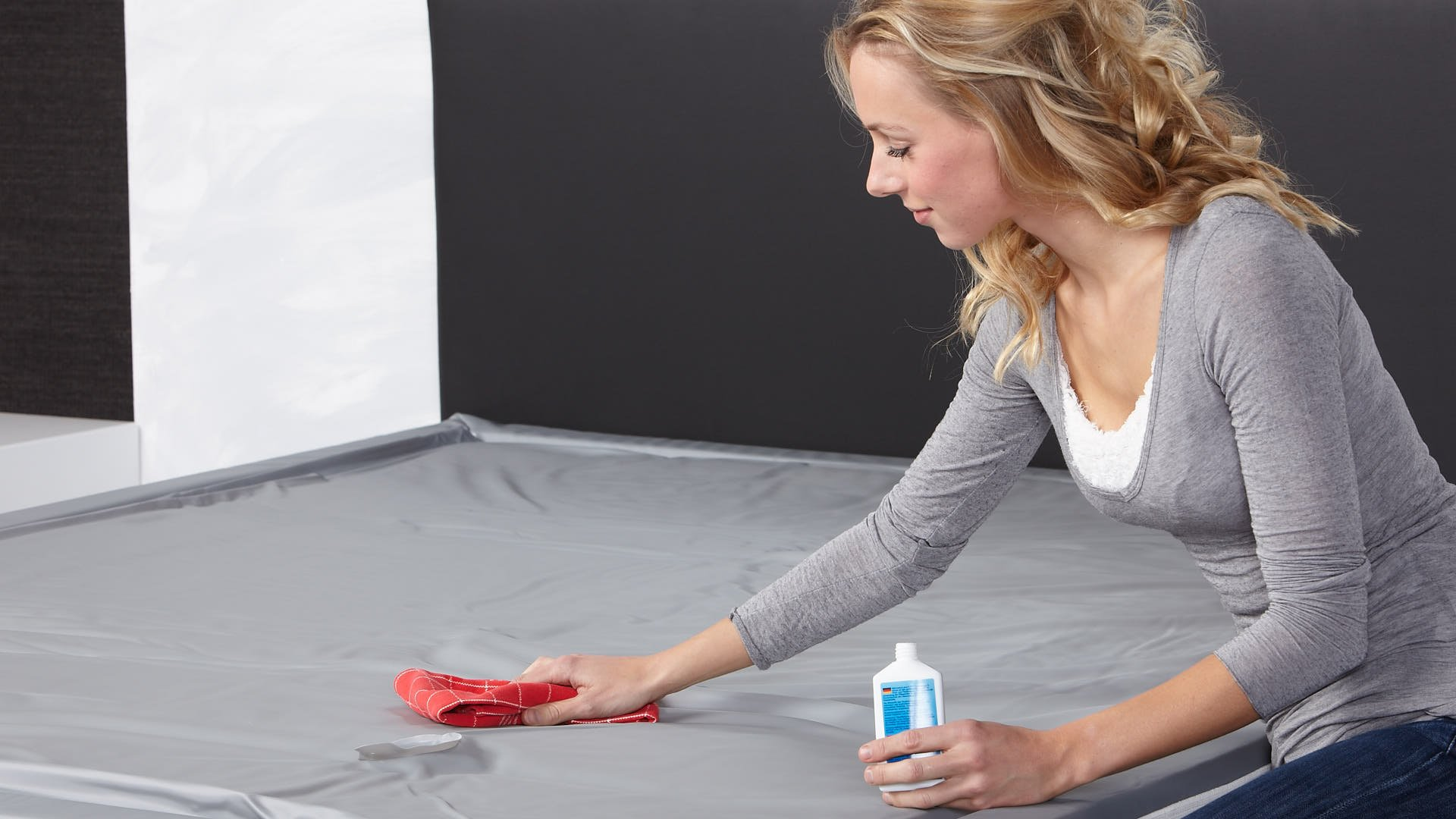 Wasserbett-Vinylreiniger auf Wasserbettmatratze gebrauchen
