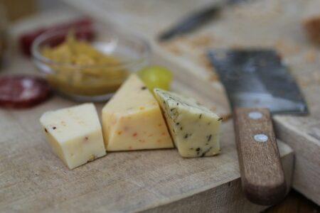 Vermeiden Sie Nahrungsmittel mit Histaminen wie Schimmelkäse